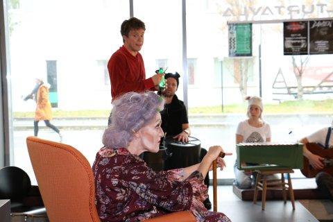 Georg (Espen Mauno) lager en egen medisin til bestemor (Ulla Marie Broch). Kanskje hun nå blir snill?