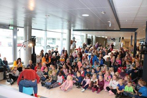 Kulturbadet var mandag formiddag fylt av barn, som ville ha en snikktitt før premieren mandag kveld. Tirsdag kommer forestillingen til Mosjøen.
