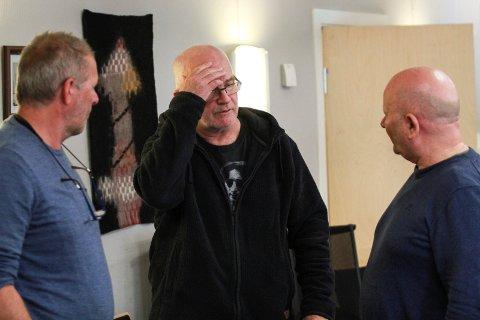 FÅR RIVE: Leif-Åge Jørgensen (i midten) får rive et eldre trehus i Skjervgata 13. Her er han i samtale med plan- og utviklingssjef John Peter Garnes og kommunalsjef Trond Kaggerud (t.h.) i vefsn planutvalg tirsdag.