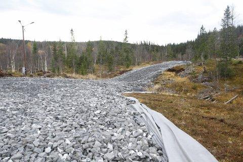 GODT I GANG: Rulleskiløypa på Skjåmoen er under bygging. Planen er at den skal stå ferdig asfaltert til våren eller sommeren 2019.  Foto: Per Vikan