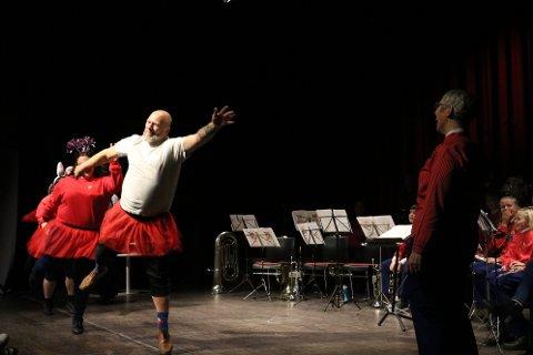Hilde Skjevelnes Henriksen blr overrasket på scenen av sine medmusikanter, som kom hoppende inn i røde tyllskjørt og englevinger.
