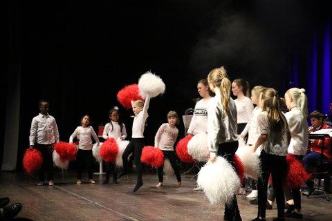 Drillerne underholdt også med dans på scenen. Her er det Randi Dalamo Hanssen som hopper høyt.
