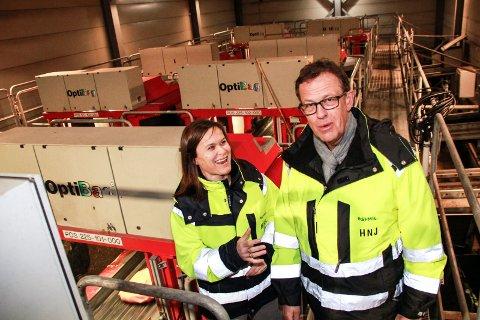 OPTIBAG BORT: Håkon Johansen og Heidi Eidet Eggen vil skifte ut det nær 20 år gamle Optibag-anlegget (bak) på Åremma med et helautomatisert robotanlegg. Planen er at det nye anlegget skal driftes fra 2020.