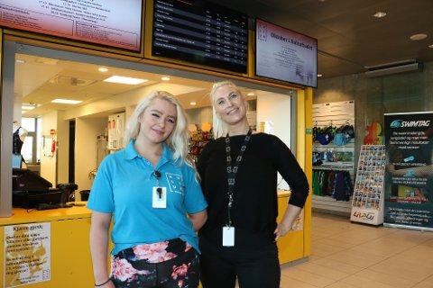 Randi Andersen (t.h.) har fått jobben som avdelingsleder for kiosken i Kulturbadet. Og nå blir det endringer. Her sammen med ansatt Emma Solvang Thorvaldsen.