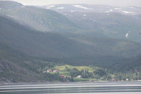 GRISGRENDT: Vikdal fotografert fra motsatt side av Vefsnfjorden.