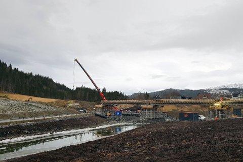 Nye Baåga bru krysser fv. 252. Når brubjelker og dekke skal legges, må fylkesvegen holdes stengt.