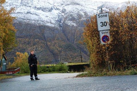 FORBUDSSONE: Tove Pettersen Wiik ved en type skilt som er å se mange steder i Kulstadlia. Skiltet viser at gata - her Trastvegen - er omfattet av et parkeringsforbud.