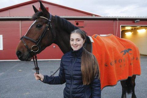 GLEDER MEG: – Jeg gleder meg veldig, sier Erica Jørgensen Øien (15) som skal delta i Kingsland Oslo Horseshow. Hun har kvalifisert seg til finalen i Felleskjøpet Cup.