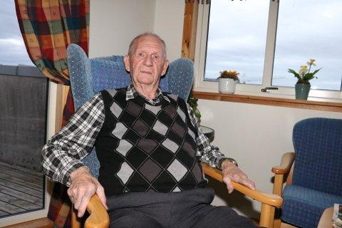 Odd Bergersen (86) var glad han hadde lommelykta lett tilgjengelig etter et strømbrudd i Sandnessjøen forrige uke. Bergersen bor i den kommunale leilighetene ved Åsheim Terrasse, og da strømmen gikk, ble det helt svart, og det ble vanskelig å finne utgangsdøra.