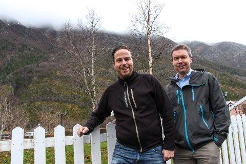 Per Witalisson (tv) og Mattias Törnkvist arbeider for fullt for å realisere vindplanene ved Mosjøen. Denne uka har Witalisson hatt med seg interessenter som har ønsket å se på det 50 kvadratkilometer store området.