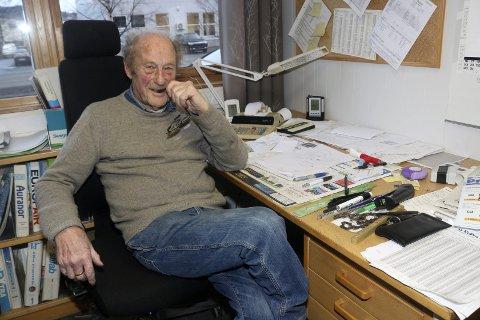 1: Arne Arntzen (86) jobber fulltid på Vepro i Mosjøen, bedriften han selv startet opp i 1991. 2: Det er ved tegnebordet Arne liker seg aller best. 3: Arne flankert av sønnene Pål Eirik Arntzen og Finn Arne Arntzen. Pål Eirik overtok som daglig leder i 2014. Aksjonærer i seskapet er Pål Eirik Arntzen, Arne Arntzen og Hege Granås og med henholdsvis 38, 37 og 25 prosent hver. 4: Vepro holder til i Brugata 13 på Øya i Mosjøen. Ventilasjon er deres spesialitet. Bedriften står for prosjektering og levering av ventilasjon for bolig og industri, leverer ventilasjonsaggregat, varmepumper, kjøkkenavtrekk, sentralstøvsugere og luftfilter, har kobber- og blikkenslagerverksted og tilbyr sveisearbeid.