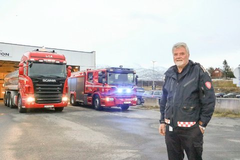 Brannsjef for Alstahaug og Leirfjord, Nils Johan Nilsen, er glad for at det nå i Sandnessjøen er stasjonert både en tankbil og en ny brannbil. Den gamle brannbilen skal stasjoneres på Tjøtta. Nå håper han på ny brannbil også i Leirfjord. Brannbilen der er 33 år gammel, og må påkostes mye.