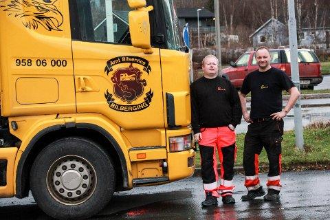 I GANG: Eskil Heide og Arnt Ove Brattbakk (t.h.) foran den nykjøpte bergingsbilen til Arnt Bilservice AS på Halsøy.