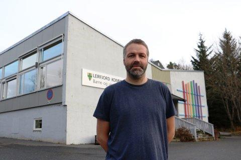 Rektor ved Leirfjord barne- og ungdomsskole, Arild Solberg, jobber nå hardt for å få lukket avvikene og lovbruddene som ble avdekket etter et tilsyn i mars i år.