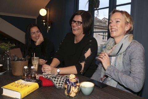 Alternativ: Trine Johannessen (41), Christina Sørensen (42) og Ellen Løvold Strand (44) fra Mosjøen har bestemt seg for å gi hverandre brukte julegaver. - Men vi kjøper mange julegaver også, og handler lokalt, understreker de. Foto: Stine Skipnes