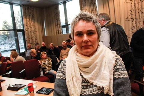 FORBANNET: Beboer og syvbarnsmor Inger-Anne Sagbakk sier at hun er forbannet på at Ap, SV, Sp og VTP har lagt ned 5.-8.- tinn ved Elsfjord skole.