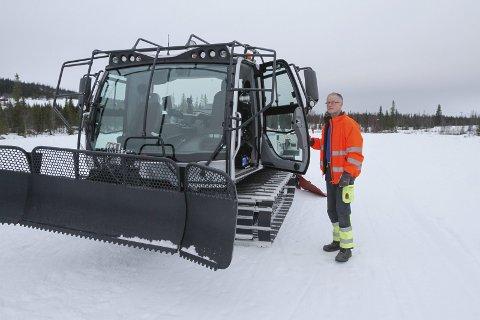 FORNØYD: Ny tråkkemaskin i Vefsn kommune og løypekjører Håvard Vatshaug har preparert med den nye maskina hele jula. Han håper og tror det kommer snø ganske snart. Foto: Per Vikan