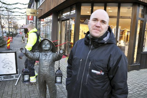 TIDLIG UTE: Emil Gunnarsson slår fast at statuen av den lille gutten på torget nok har sikret seg den beste plassen til fyrverkerishowet.
