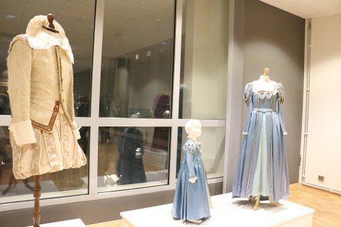 """De originale kostymene som ble brukt i filmen om """"reisen til Julestjernen"""" i 1976 er designet av tekstilkunstner Kari Elfstedt. De var utstilit i Kulturbadet."""