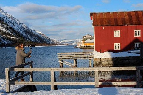 Gabriel Emanuel Arnold filmer i Mosjøen, her ved Jacobsenbrygga i Sjøgata.