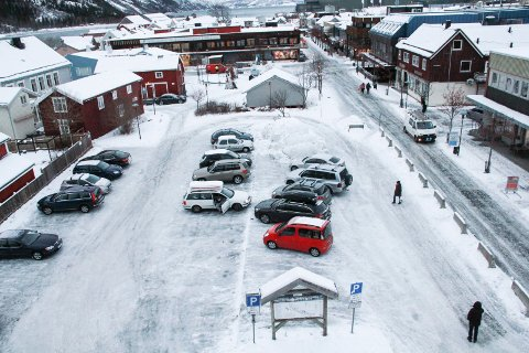 OFFENTLIGE P-PLASSER: Tomta Kvartal 10 i Mosjøen sentrum har 36 offentlige parkeringsplasser.