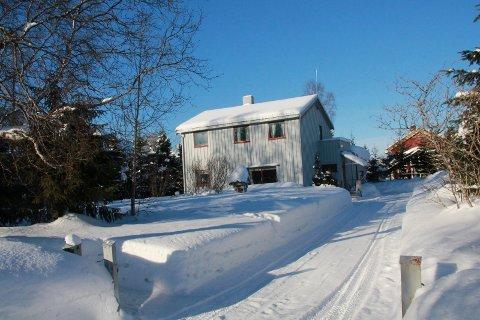 750.000 kroner over: Dette huset i Hagegata 1 på Olderskog ble 21. februar solgt 750.000 kroner over takst. Huset ble bygget i 1956, og har innvendig ikke en moderne stil.