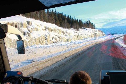 BEFARING: Vefsn planutvalg deltok fredag på en befaring langs E6 nord for Mosjøen. Befaringen foregikk slik - ved å se ut av bussvinduet. Her kjører bussen forbi den nye traseen nær Apsneset.
