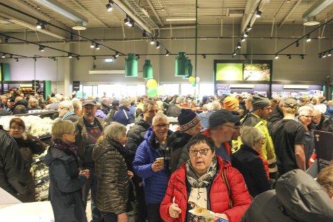 FULLT: Flere hundre kunder og «tittere» var innom den nye FK-butikken i Mosjøen da den åpnet torsdag. Bilder: Rune Pedersen