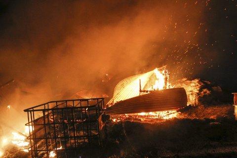 KRAFTIG BRANN: En drøy time etter at det begynte å brenne i driftsbygningen var det ikke mye igjen av hoveddelen. Foto: Per Vikan