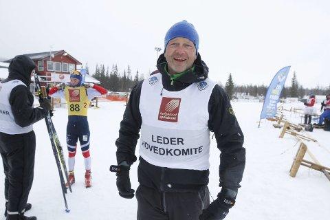 FORNØYD: En fornøyd NNM-sjef Karle Øvereng midt på stadion søndag, der alle reklameskilt bukket under for vinden lørdag kveld, kunne konstatere at mesterskapet ble styrt i mål på en utmerket måte.  FOTO: PER VIKAN