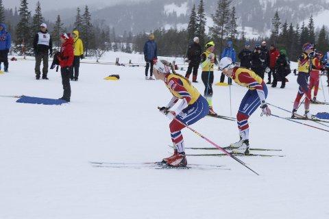 NNM på ski Sjåmoen stafetter søndag. Emilie Ågheim Kalkenberg og Benedicte Stien Schreiner gikk Skonseng inn til en 4. plass i seniorklassen. Her veksler de for siste gang