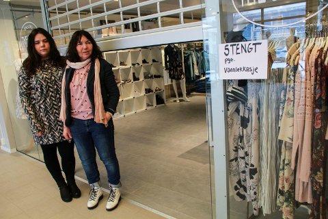 TRASIG: Therese (t.v.) og Kirsti Tverå måtte mandag stenge butikken i Torgpaleet.