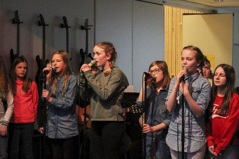 Sang: – Vi skal vise litt av det vi har gjort i engelsk og musikk, sa jentene før de begynte å synge «Perfect» av Ed Sheran. foto: Benedicte Wærstad