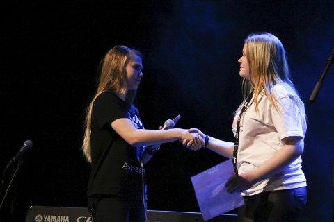Diplom: Emilie Alexandra Davidsen mottar diplom for sin deltakelse i UKM fra arrangør Marte Johnsen.