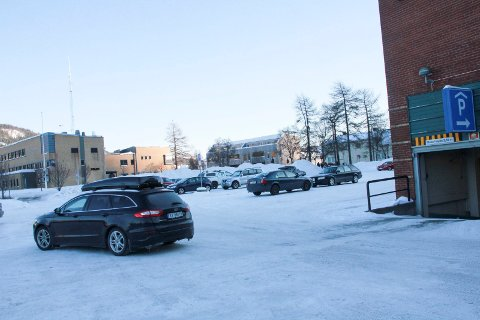 OPSJON: Tore Larssen vil søke om opsjon på å kjøpe denne tomta øst for Sjøsiden senter, vel og merke dersom sentereier Salto Eiendom AS ikke benytter seg av sin opsjon.