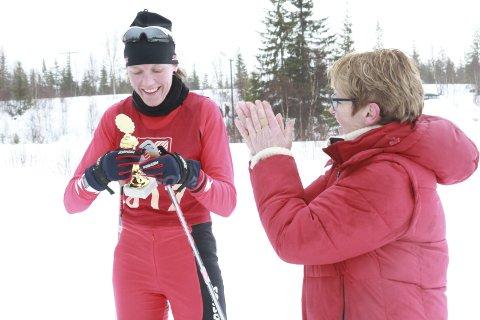 God tradisjon: Her er det Kari Klausen Bolstad (til høyre) som deler ut pokal til Mona Vik under fjorårets renn.