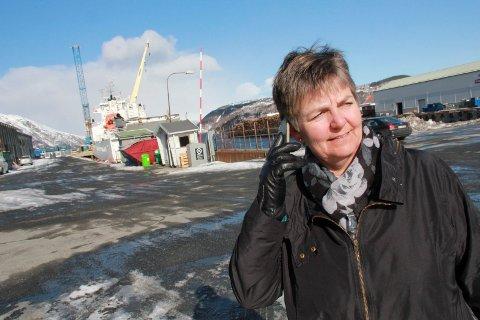 DEKNING: Berit Hundåla fra Hundåla står her ved ferjekaien i Mosjøen havn, og har forsåvidt dekning på telefonen. Slik er ikke situasjonen i flere bygdelag i Vefsn, blant annet i området hun selv bor i.