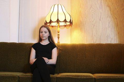 Usynlig: Marie Bjørnsdatter Valla (13) skrev «Invisible» i ei tid hun følte seg litt alene. – Alle vennene mine hadde fått nye venner. Jeg følte meg utenfor, sier hun. Låten brakte henne videre til UKM Nordland som arrangeres på Rognan i helga. Foto: Stine Skipnes