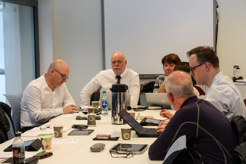 Ordfører Jann-Arne Løvdahl (nr. 2 fra venstre) fikk fullmakt til å kvalitetssikre uttalelsen. Fv. sitter rådmann Erlend Eriksen,  formannskapssekretær Rigmor Leknes, og representantene Tone Moby Røreng (Ap), Rune Krutå (Ap) og Gunvald Lindset (R).