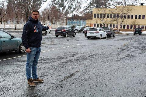 - Her er masse plass, sier Frank Vollan i Helgeland Event om plassen utenfor Mosjøen videregående skole.