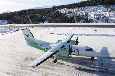fly lander på Mosjøen lufthavn, Kjærstad. Widerøe. taksing