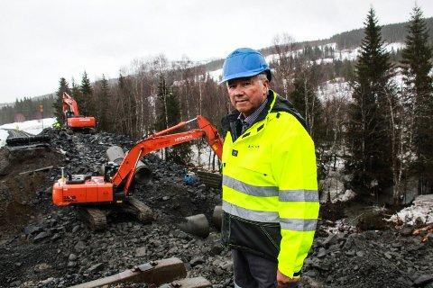 EVALUERE: Banesjef på Nordlandsbanen, Bjørn Sørum i Bane NOR, foran den raserte steinfyllingen ved Dalmoen i Drevja.