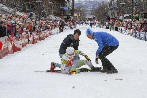 FIKK HJELP:  Niklas Dyrhaug fikk hjelp med en gang etter at han falt. Petter Sørensen og lege Kjell Nystuen var raskt borte hos landslagsløperen.