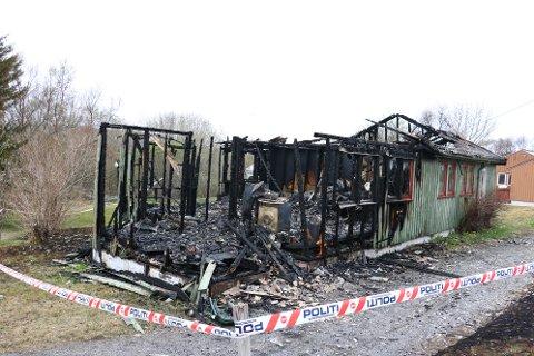 TOTALSKADET: Brannvesenet foretok en kontrollert nedbrenning da de innså at det ikke var mulig å berge huset.
