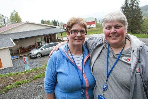NÆRBUTIKK: Grethe Aas (t.h.) og Liv Skogly utenfor butikklokalet på Aasen i Drevvassbygda.