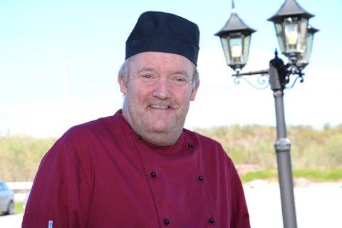 Odd Ivar Vold (iher i full kokkeuniform), inviterer til sommerfest på Tjøtta 7. juli. Det er den 14 sommerfesten som arrangeres siden 2004.