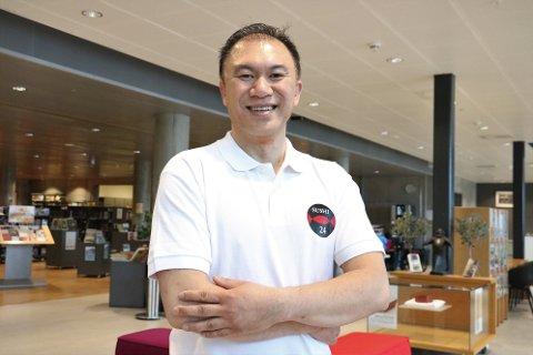 Sushi: Khai Van Phan driver eget kaffebrenneri på Dønna sammen med kona Sandra Phan. Nå satser de videre på fersk sushi.  Fredag har han lansering på Bunnpris i Mosjøen.