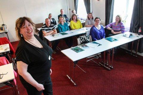 KURS: Regionansvarlig Gunn Johansen i Helgeland Reiseliv i Mosjøen arrangerte vertskapskurs på Fru Haugans Hotel i Mosjøen onsdag.