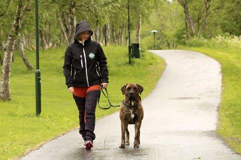 Ut på tur: Med hund i hus må Carina Jensen ut på tur uansett vær. – Men jeg skulle gjerne gått uten stillongs og ullundertøy, sier Jensen i Mosjøen.Foto: stine Skipnes