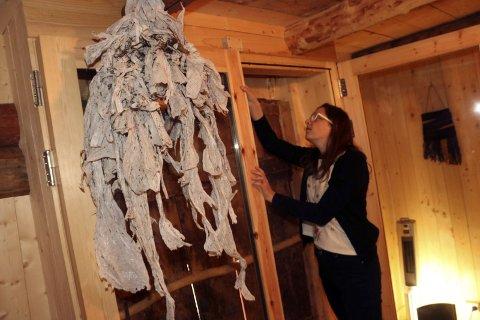 Plastprosjekt: Lovise Aufles Valberg stiller ut søppelkunst på Forsjordbrygga under Galleria 7.–14. juli. Denne skulpturen dro hun opp fra fjæra på Skaland. – Denne brukte jeg lang tid på å grave fram, sier hun om «blekkspruten» som har fått plass under taket.Foto: stine Skipnes